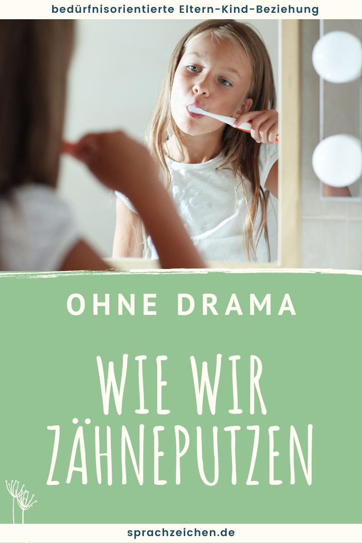 Mädchen schaut sich im Spiegel zu beim Zähneputzen