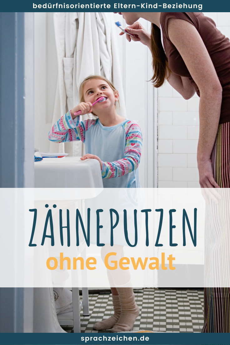 Kind und Mama im Bad beim Zähneputzen